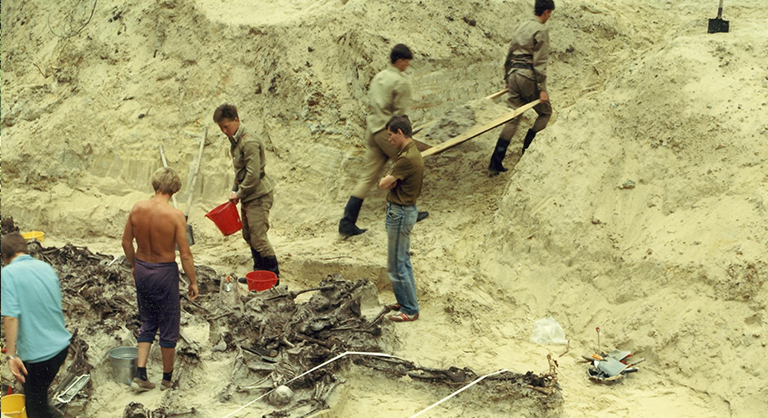 Photograph of unearthing a mass grave at Serniki